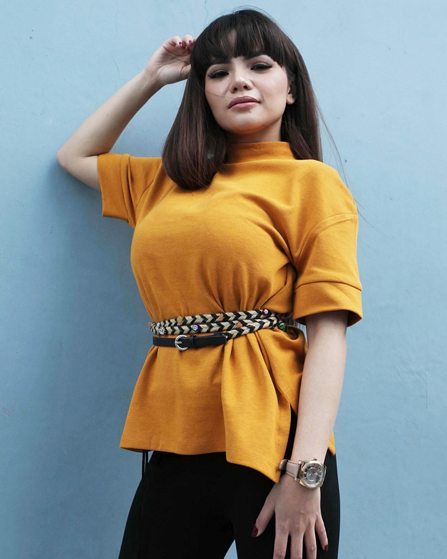 Dinar Candy Artis dan DJ seksi Busung Dada