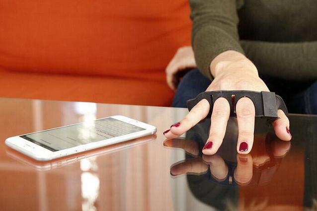 Tap Strap, Alat untuk Mengubah Semua Benda Menjadi Keyboard