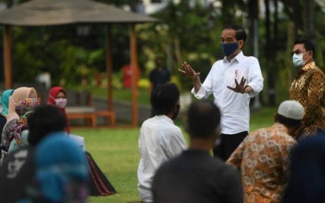 Jokowi Minta Para Pedagang Martabak & Nasi Uduk Jualan Secara Online