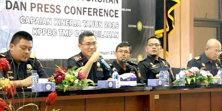 Kepala KPPBC TMP C Tembilahan, Sulaiman saat memberikan keterangan pers.