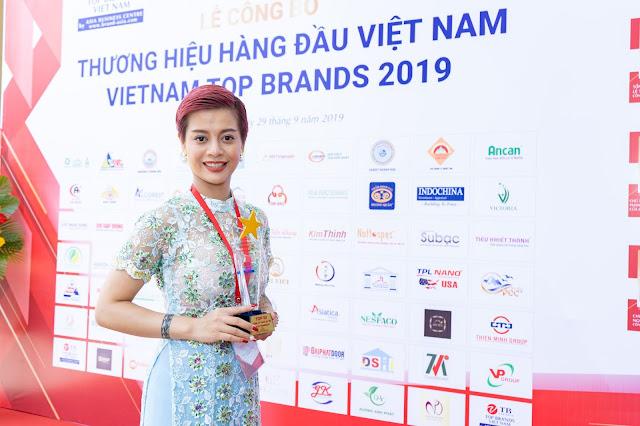 Đạo diễn Holy Thắng đến chúc mừng Ceo Hồ Hương đạt Top 10 thương hiệu uy tín - Ảnh 3