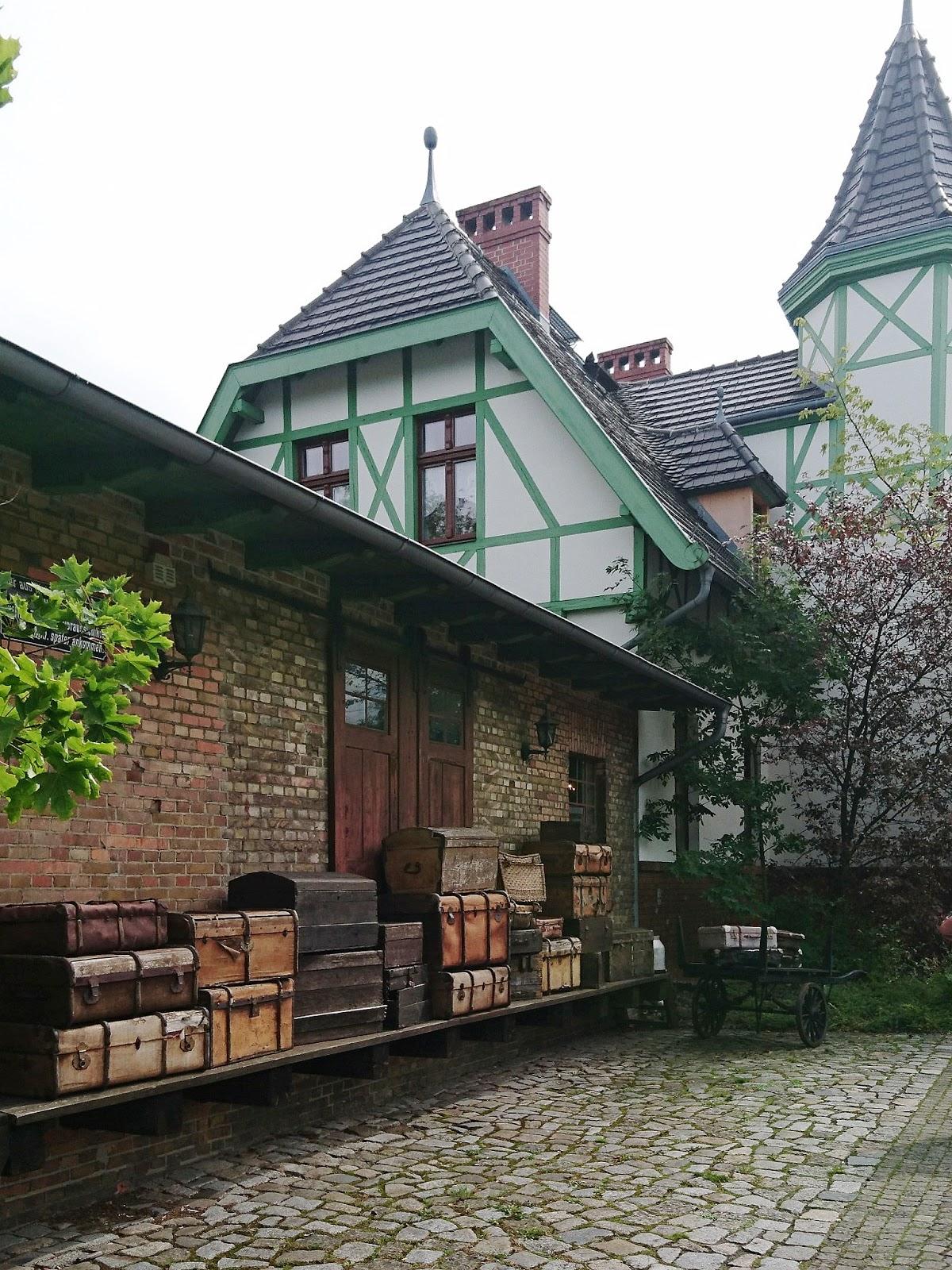 Urige Koffer am alten Bahnhof in Burg