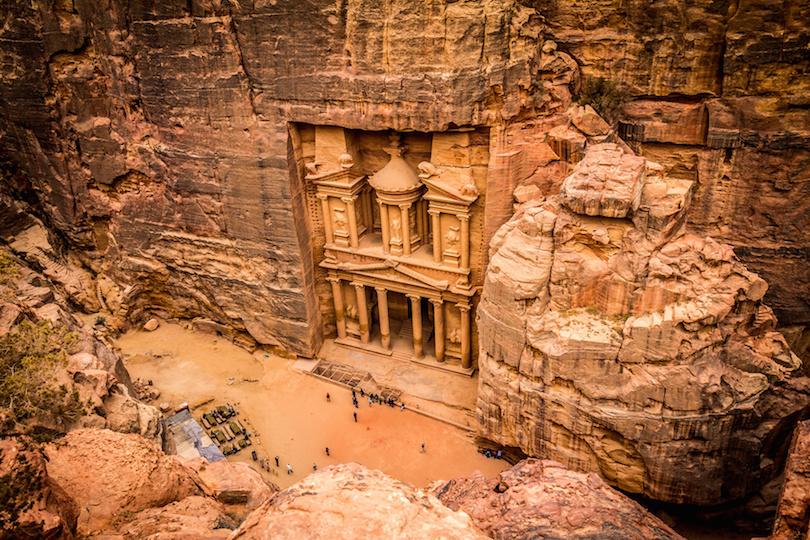 مقابر ومعابد تاريخية قديمة منحوتة بالصخور