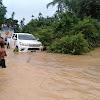 Nekat terobos banjir mobil Hilux dan dua motor hanyut dan tenggelam