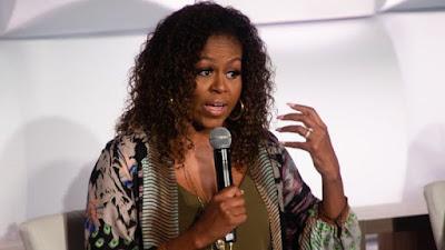"Michelle Obama yavuze ko afite uburwayi ""bw'agahinda gakabije bwo ku cyiciro cyo hasi"" kubera iki cyorezo, akarengane gashingiye ku ivanguramoko ""n'uburyarya"" bw'ubutegetsi bwa Trump.  Avuga ko kubasha kugenzura ""imbamutima"" bisaba ""kwimenya ubwawe"" no kumenya ""ibintu bigutera kwishima"".  Madamu Obama avuga ko bitandukanye na mbere, ubu amaze igihe agorwa no gukora imyitozo ngororamubiri bihoraho ndetse no gusinzira.  Ati: ""Nkanguka hagati mu ijoro kubera ko hari ikintu kimpangayikishije cyangwa numva ndemerewe"".  Yavuze ibi mu gice cya kabiri cy'ibiganiro bye ashyira kuri podcast, aho yariho aganira n'umunyamakuru Michele Norris wo muri Amerika.  Yongeraho ati: ""Ibi ntabwo ari ibihe bishimishije mu ntekerezo, ndabizi neza ko ndi kurwana n'agahinda gakabije ko ku cyiciro cyo hasi.  ""Bidatewe gusa no kuguma mu rugo, kubera n'akaga k'ivanguramoko, no kubona umunsi ku wundi ubu butegetsi, bufite uburyarya buteye umujinya.""  Madamu Obama yavuze kandi ko biteye agahinda kuba ""tubyukira ku nkuru y'umugabo w'umwirabura cyangwa umwirabura, wambuwe agaciro, wababajwe, wishwe, cyangwa wabeshyewe ikintu runaka""."
