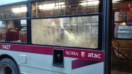 Acilia: sasso contro bus, colpito vetro porta anteriore