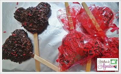 Pirulito de biscoito com recheio de brigadeiro em formato de mickey ou minnie