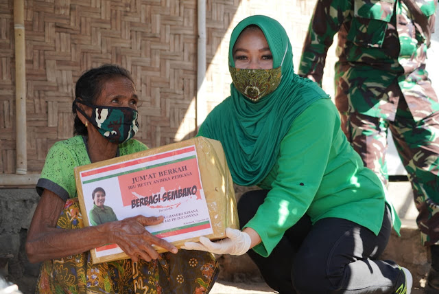 Ketua Umum Persit Kartika Chandra Kirana Laksanakan Giat Jumat Berkah