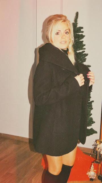 Alejandra Colomera con falda de cuadros mostaza, lazada a juego, jersey negro y abrigo estilo sesentero