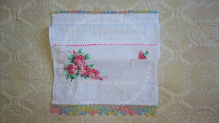 Toalha bordada com flores de fitas em cetim