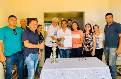Prefeito Adriano Wolff assina ordem de serviço para construção de mais de 40 banheiros na zona rural de São Sebastião do Umbuzeiro