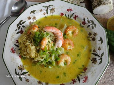 Супа със скариди, нудли и кокосова сметана