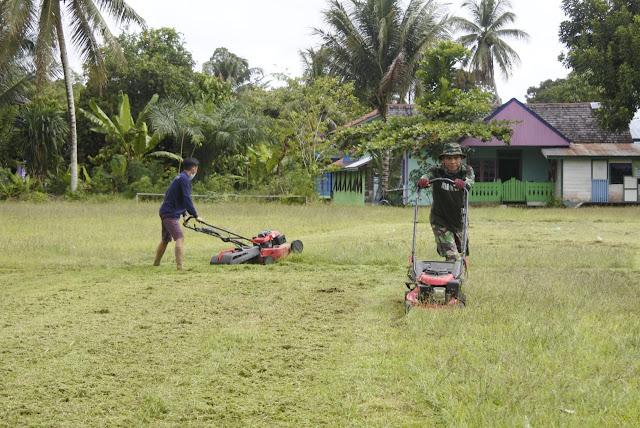 Satgas Dari 611 Awang Long Bergotong Royong Membersihkan Lapangan Bola Kampung Long Hubung
