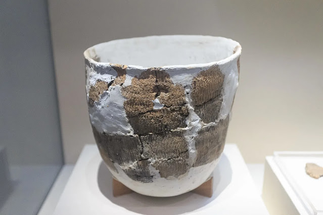 Pottery with re-construction repairs found in Xianrendong cave, dating to 20,000–10,000 years ago