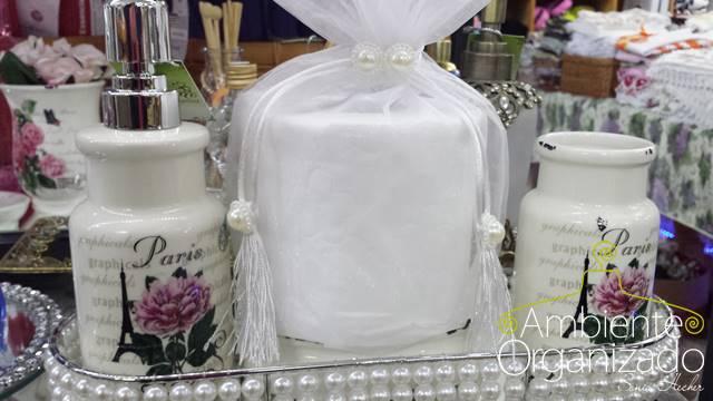 Bandeja de pérolas com objetos brancos