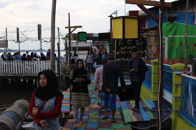 Pengunjung di Kampung warna warni Kuantan Tepian Kapuas