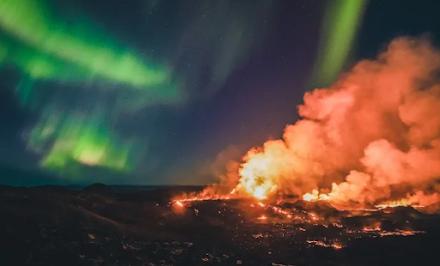 """Μοναδικό θέαμα στην Ισλανδία : το βόρειο σέλας """"ενώνεται"""" με την λάβα του ηφαιστείου Φάγκρανταλσφιαλ"""