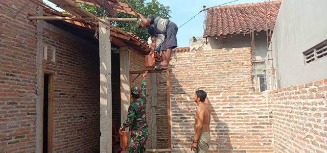 Babinsa Koramil 23/Ceper Bersama Warga Gotong Royong Rehap Rumah