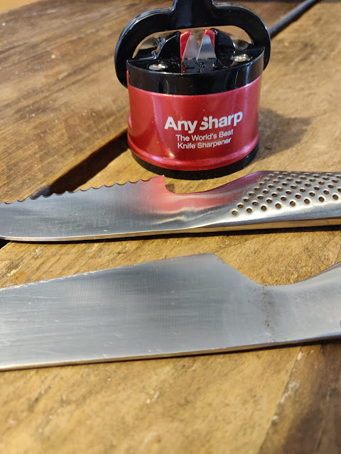 red AnySharp Pro knife sharpener for flat, curved and wide serrated knives