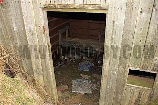 У входа в заброшенное здание на бывшем полигоне 25 арсенала