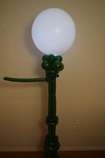 Laterne aus Modellierballons zur Partydekoration.