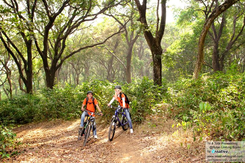 foto prewedding adventure dengan sepeda