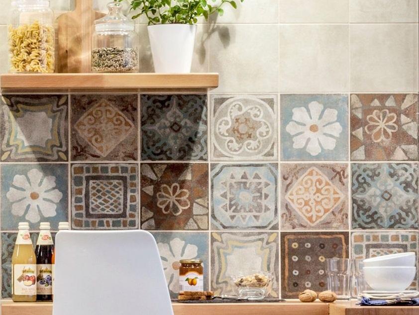 Le piastrelle con decori floreali e colori pastello per valorizzare lo stile provenzale