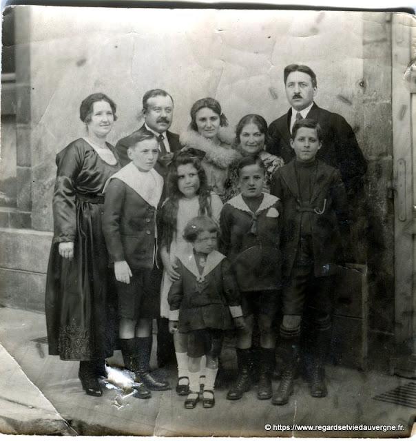 Photo noir et blanc ancienne :  famille en tenue du dimanche