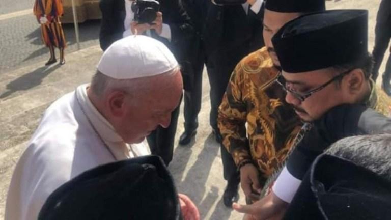 Usai-Sungkem-ke-Gibran-Beredar-Foto-Gus-Yaqut-dan-Sejumlah-Tokoh-NU-Rebutan-Cium-Tangan-Paus-Fransiskus