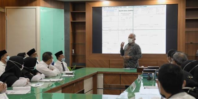 Kepala Sekolah dan Pengawas Paparkan Buku Kerja di Depan Sekda Aceh
