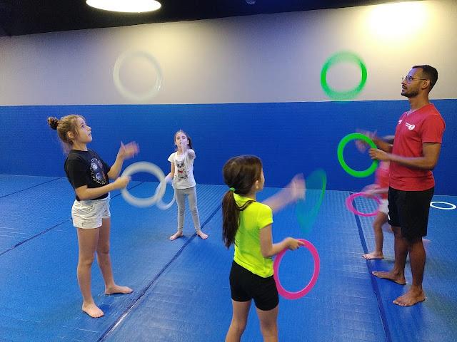 Aula de circo promove o desenvolvimento infantil através de brincadeiras