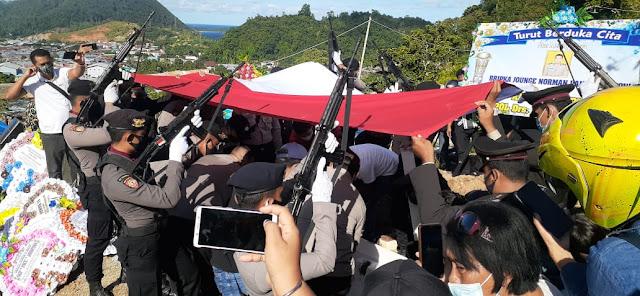 Supraptono Pimpin Upacara Pemakaman Anggota Polresta Jayapura, Jounge Norman Vandhy Tiwow.lelemuku.com.jpg