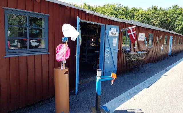 Unsere 11 besten Ausflugstipps für die Ostseeküste Nordjütlands. Im Hafen von Asaa gibt es ein kleines Museum in einer der roten Fischerhütten, das Ihr auf einem Ausflug besuchen könnt!