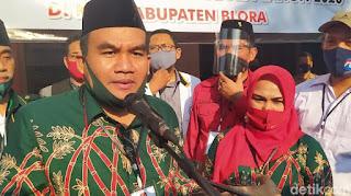 Arif Rohman-Tri Yulisetyowati mendaftar Pilkada Blora, Jumat (4/9/2020). (Foto: Febrian Chandra/detikcom)