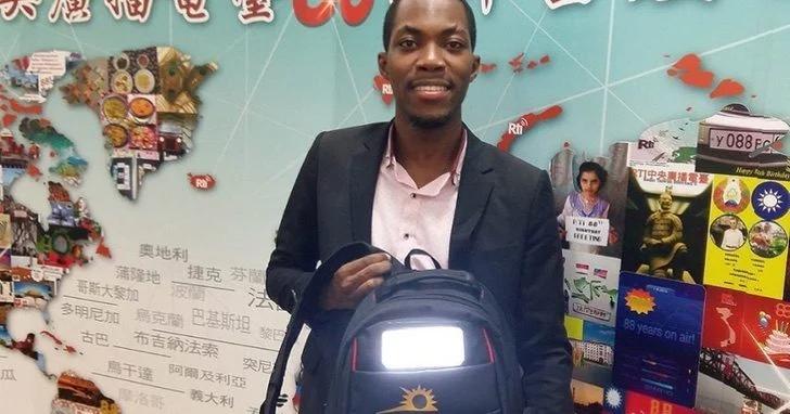Joven crea mochila solar para que las personas puedan tener electricidad