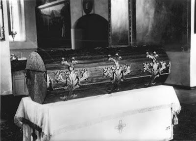 Η λάρνακα λειψανοθήκη με τα λείψανα  του Οσίου Σεραφείμ του Σαρώφ.