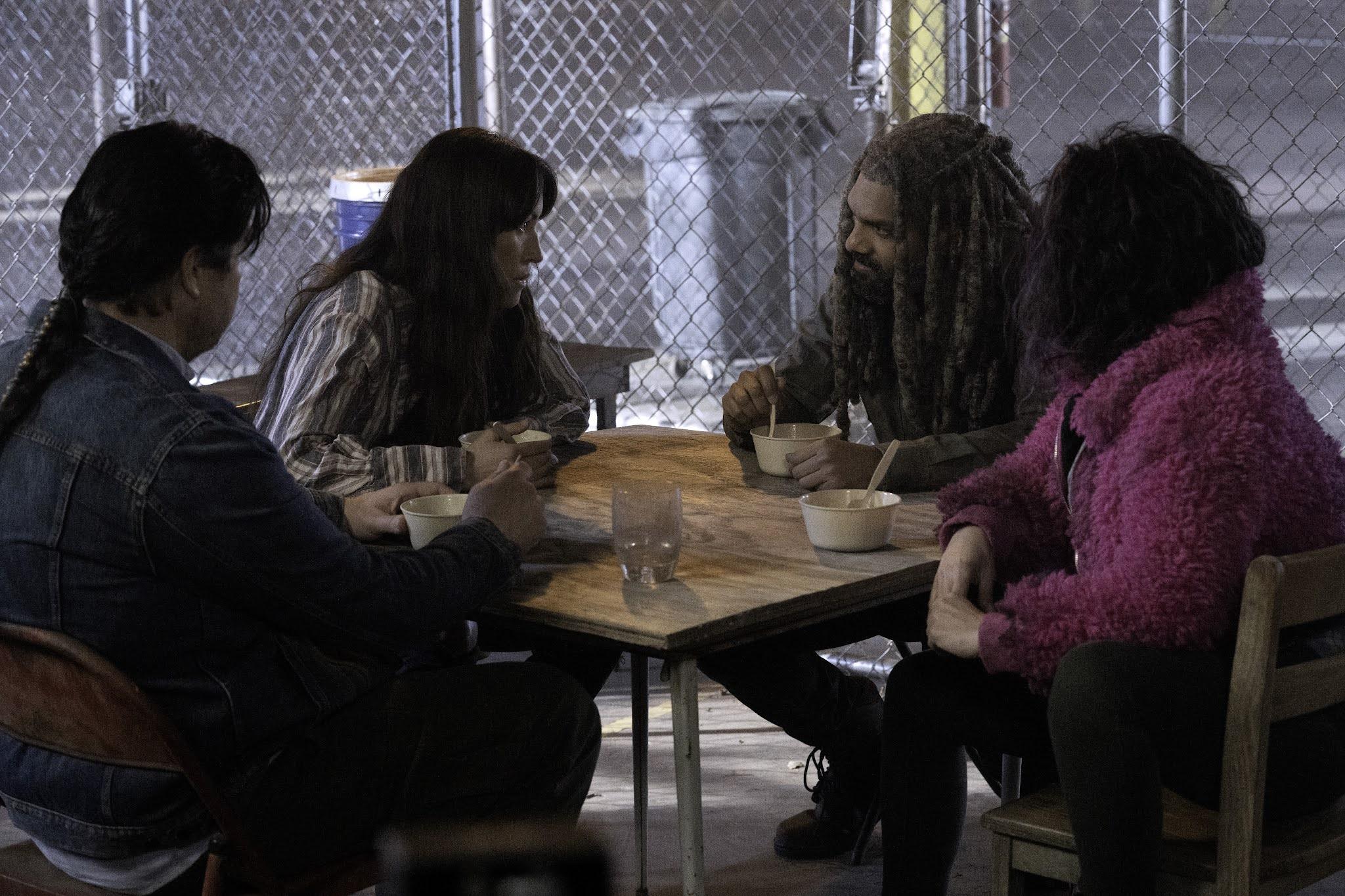 Eugene, Ezekiel, Yumiko y Juanita se ponen al día durante la comida en The Walking Dead