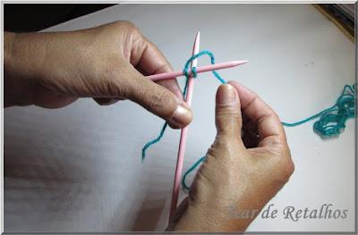 Foto mostrando a execução de uma laçada na agulha direita. Montagem à inglesa da base do tricô