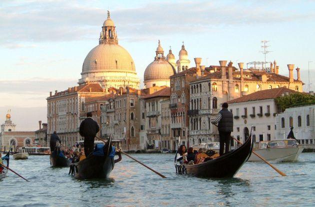 Turismo nas gôndolas em Veneza