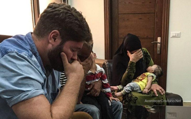 Familia de ex musulmanes orando