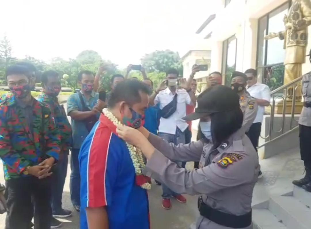 Berikan Apresiasi: Polisi Kalungkan Bunga Kepada Perwakilan KPSI