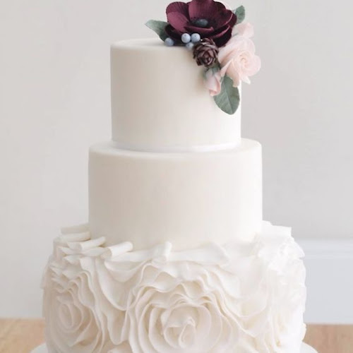 13 Pure White Round Wedding Cakes Designs
