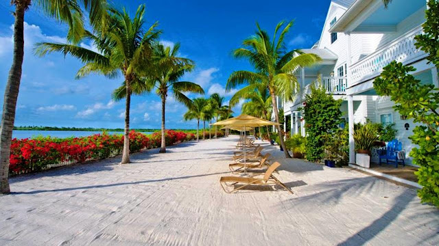 Escape to an idyllic island getaway in Key West, where waterview villas and a host of on-site activities and modern amenities await at Parrot Key & Villas.