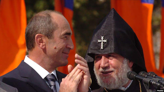 Cruce entre Iglesia armenia Gobierno Kocharyan
