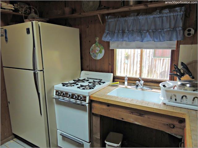 Cocina de una de las Cabañas de Lakeside Cedar Cabins en Maine