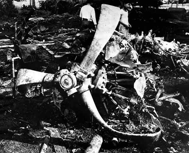 Downed Japanese bomber in Hawaii, 17 December 1941 worldwartwo.filminspector.com