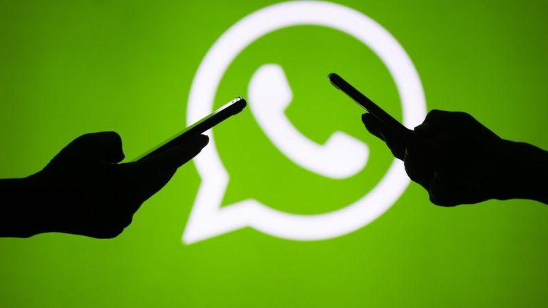 """WhatsApp'ın gizlilik sözleşmesi için son tarih geldi: Kabul etmeyen kullanıcıları neler bekliyor?  Mesajlaşma uygulaması WhatsApp'ın veri paylaşımıyla ilgili gizlilik sözleşmesinin kabul edilmesi için belirlediği son tarih 15 Mayıs sonunda geldi.  WhatsApp'tan yapılan son açıklamaya göre bu sözleşmeyi kabul etmeyenlerin hesapları silinmeyecek; ancak bu kullanıcılar bir süre sonra mesaj gönderemeyecek ya da alamayacak.  Bu kullanıcıların hesapları """"aktif olmayan hesap"""" olarak tanımlanacak.  WhatsApp'ın yeni gizlilik sözleşmesi kabul etmeyenler, aşamalı olarak uygulamanın bazı özelliklerini kullanamaz hale gelecek ve sonunda WhatsApp uygulamasını hiç kullanamayacak.  Ocak ayında duyurusu yapılan bu sözleşmeyi kabul etmek için son tarih olarak duyurulan 8 Şubat tarihi tepkilerin ardından 15 Mayıs'a ertelenmişti.  Türkiye'de Rekabet Kurulu ve Kişisel Verileri Koruma Kurulu ise Facebook ve WhatsApp hakkında re'sen soruşturma başlatmıştı.  Peki bu sözleşmeyi kabul etmeyen kullanıcıları neler bekliyor?  Önce kullanıcılara sözleşmeyi kabul etmeleri gerektiğini belirten bir bildirim gelecek; birkaç haftanın ardından bu bildirim kalıcı olacak.  Bu aşamada kullanıcılar WhatsApp'taki gruplara erişemeyecek, gelen aramalara ise yanıt verebilecek.  Bir süre sonra ise uygulama hiçbir şekilde kullanılamayacak.  120 gün boyunca aktif olmayan hesaplar ise silinecek.  WhatsApp'ın açıklamasına göre iki milyar kullanıcısı şimdiden sözleşmeyi kabul etti.  Gizlilik sözleşmesini kabul etmek istemeyen çok sayıda kullanıcının WhatsApp'ın rakibi uygulamaları tercih ettiği görülmüştü.  2016 yılından beri bu kurallar devrede Facebook 2014 yılında WhatsApp'ı satın aldığından beri, veri paylaşımı ve gizlilik ile ilgili kuralların nasıl değişeceği merakla bekleniyordu.  Özellikle Facebook'un veri paylaşımı ve gizlilik konusunda isminin geçtiği skandallarla güvenilen bir platform olmaması, bu soru işaretinin ortaya çıkmasına neden olmuştu.  Wired dergisine göre WhatsApp'ın kullanıcılarının ekranına """
