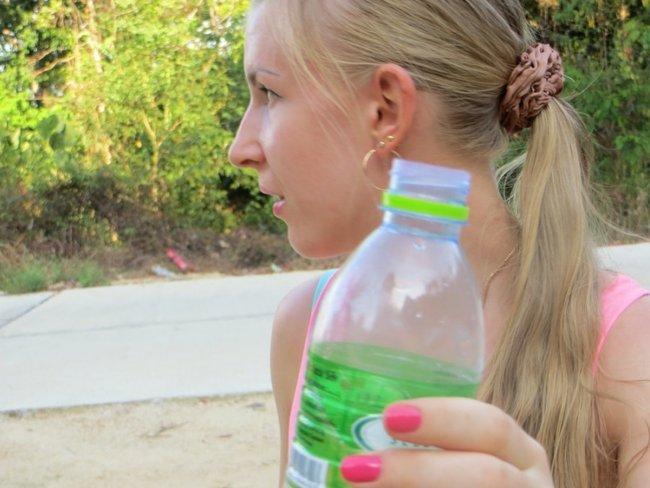 жена дает воду попить