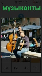 на улице мужчины музыканты играют на инструментах