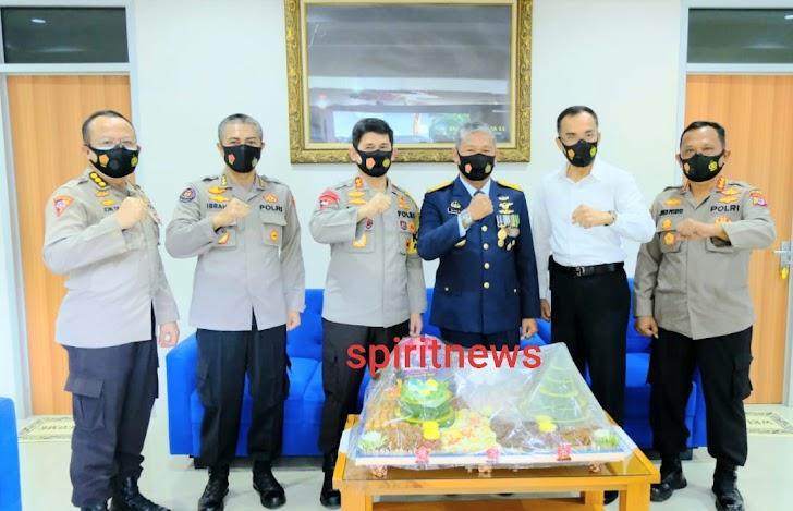 Cara Unik Kapolda Suslel Beri Surprise Pada Hut TNI Ke 75 Ke Danlantamal VI Makassar